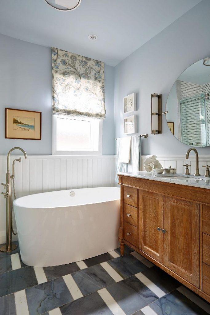 Sarah Richardson modern bathroom design with some classic details  25 best interior design projects by Sarah Richardson 1 Sarah Richardson modern bathroom design with some classic details1