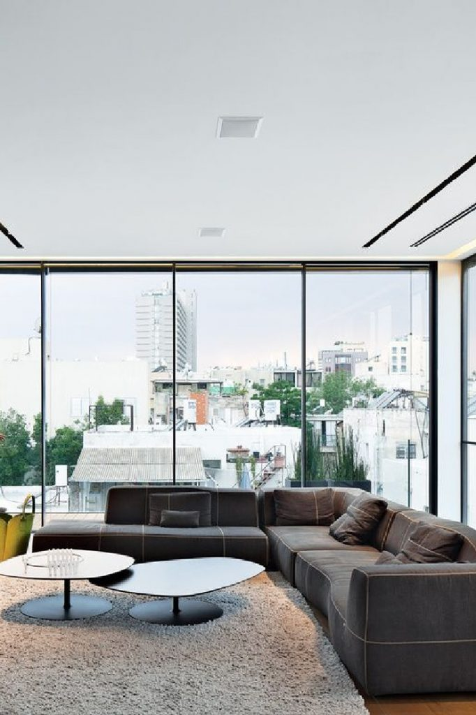 Urquiola Modern High-Rise Town House in Tel Aviv coffe table and sofa for bb italia patricia urquiola 50 Best Interior Design Projects by Patricia Urquiola 19 Patricia Urquiola Modern High Rise Town House in Tel Aviv coffe table and sofa for bb italia