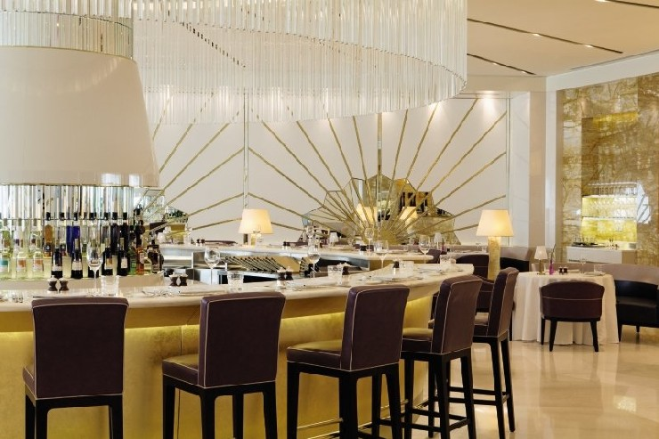 Oro, Abu Dhabi Bar embellished with Gold Mosaic by M. Brudnizki Design Studio martin brudnizki 25 Best Interior Design Projects by Martin Brudnizki 9 Oro Abu Dhabi Bar embellished with Gold Mosaic by Martin Brudnizki Design Studio
